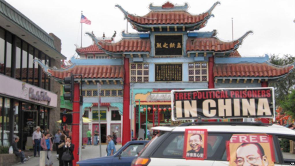 游行车队经过华埠孙中山铜像广场