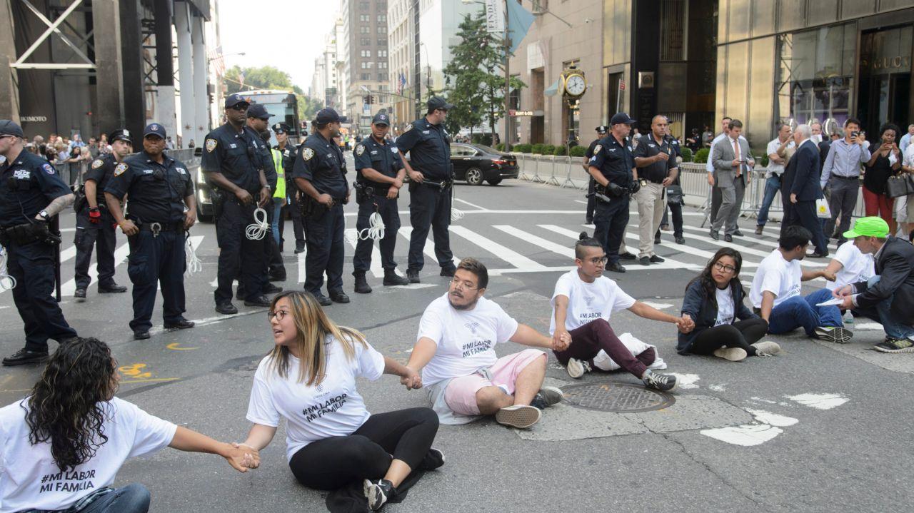 抗议者坐在特朗普大厦前面的第五大道,反对政府决定在2017年9月5日星期二结束DACA计划。(信用:Charles Eckert)