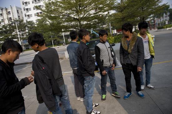 2013年12月27日,深圳解救数十名凉山童工都谎称自己17岁。陈文才-视觉中国-南方都市报