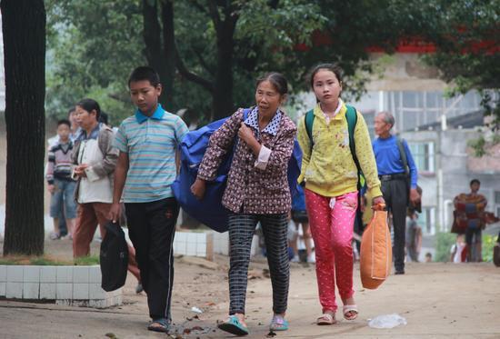 2015年9月7日,湖南邵阳,留守孩子开始校园寄宿生活。视觉中国