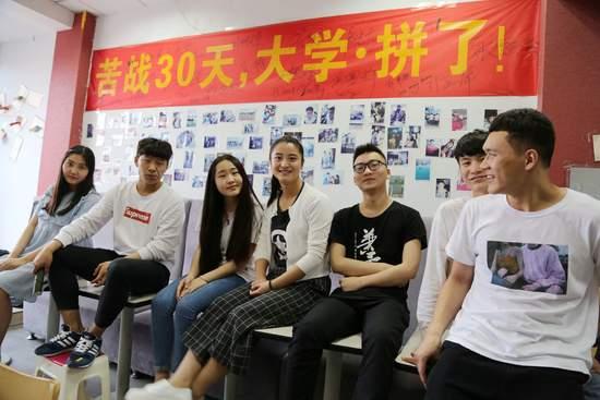 2016年6月6日,安徽省蚌埠市,这些农村学生能站到高考前,都算幸运儿。视觉中国