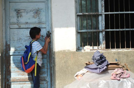 2016年9月7日,安徽六安,11岁的周月红是谢塝小学唯一的学生。视觉中国