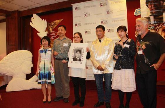 视觉艺术家协会向当知项欠、张林、李文足(金变玲代领)、以及2013年获奖的朱虞夫(女儿朱丽代领)、吴立红
