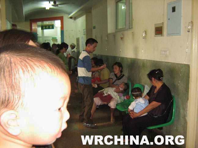 因毒奶中毒的孩子太多,不少患儿只能在走道上输液 。 (本站记者未平摄)
