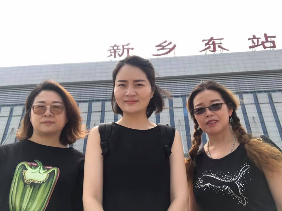 李文足 is with 李艾玲 and 王峭岭.