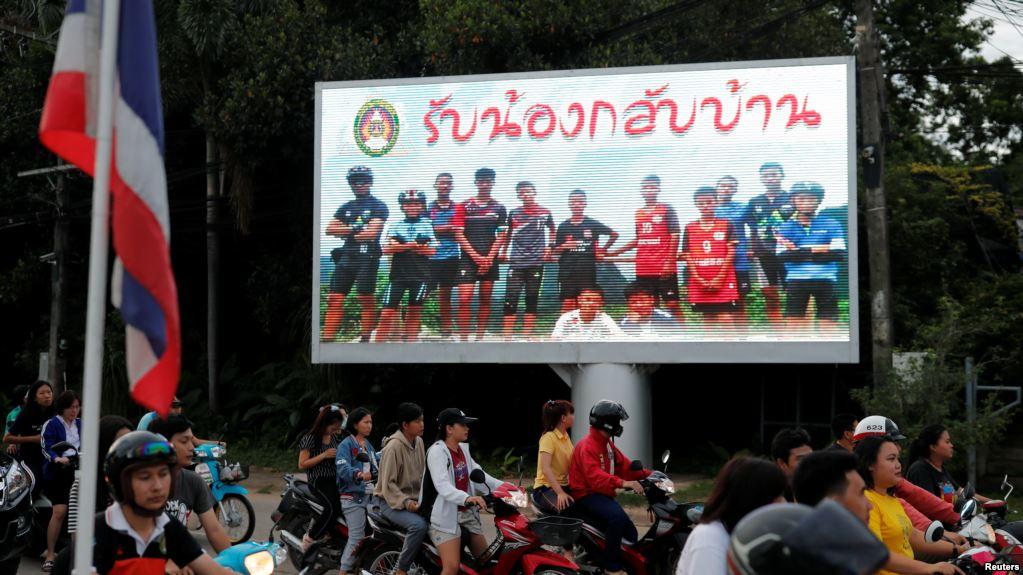 泰国街头树立起欢迎少年足球队成员安全回家的牌子。(2018年7月9日)