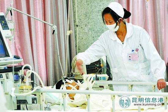 3月20日,中毒的孩子在重症监护室内抢救