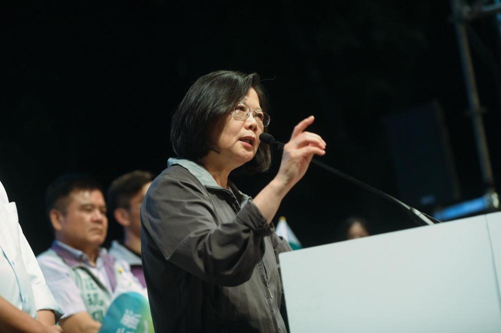11月24日是9合1大選決戰日,民進黨僅拿下台南市、嘉義縣、桃園市,可謂空前落敗。(取自蔡英文臉書)